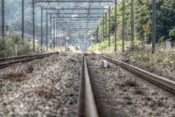 treno binari anziani travolti