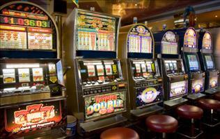 Slot machine, giochi e scommesse: un esercizio su tre è irregolare