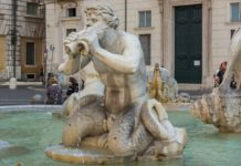 Si bagna nuda fontana piazza navona