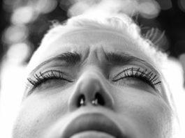 Naso piercing ragazza paralizzata