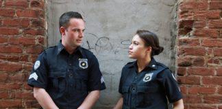Poliziotta lascia figlia in auto sotto il sole per far sesso col superiore