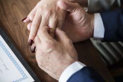 Marito e moglie muoiono nelo stesso giorno mano nella mano