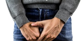 Si mutila l'organo genitale