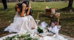Sarah Bulach lacrime su tomba sposo