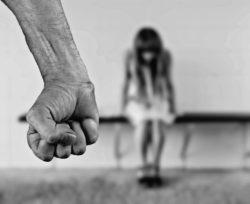 Padre abusa figlia per più di 20 anni