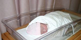 Infermiera scambia neonati in culla