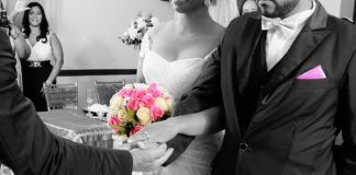 Nozze sposa legge le chta del fidanzato con l'amante