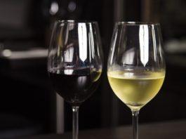 Cameriere distratto porta vino molto più costoso di quello ordinato