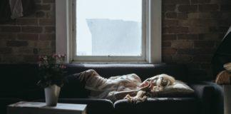Donna dormire divano