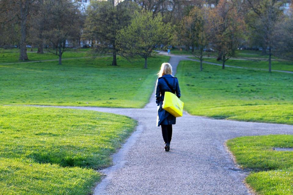 Donna passeggiata